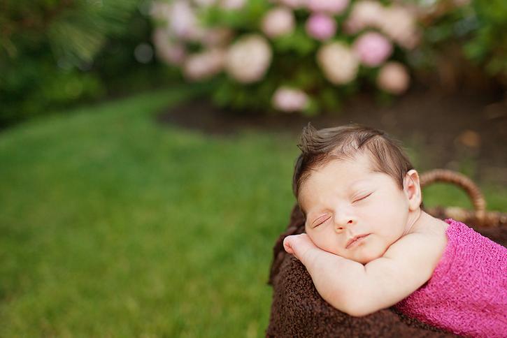bahcede-uyuyan-bebek
