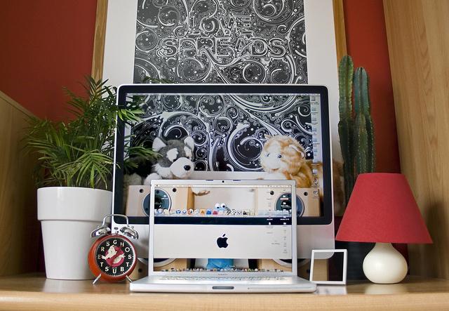 mac-macbook-ve-calisma-masasi